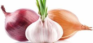 cibi sani e speciali piatti di aglio e cipolla preparati in casa saranno di grande aiuto per il trattamento della disfunzione erettile